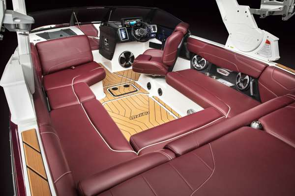 Malibu-22-LSV-Cockpit-Seating